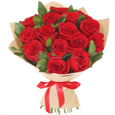 Красные розы в крафте